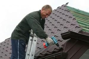 Закрепление металлочерепицы на крыше