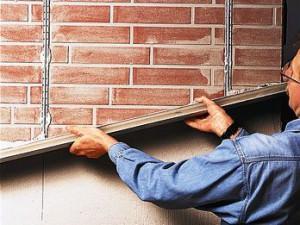 Металлические направляющие на стене