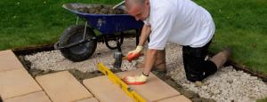 Процесс мощения тротуарной плиткой