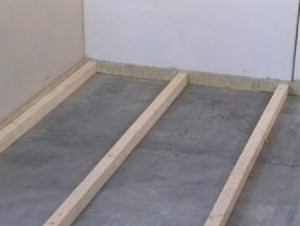 Установка реек для заливки бетонного пола