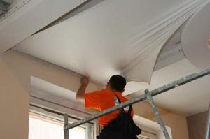 Процесс натяжения потолочного покрытия