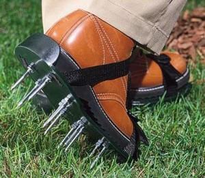 Обувь с шипами для ходьбы по газону