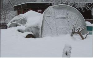 Обрушение теплицы под тяжестью снега