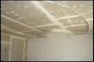 Шпаклевка щелей и впадин на потолке