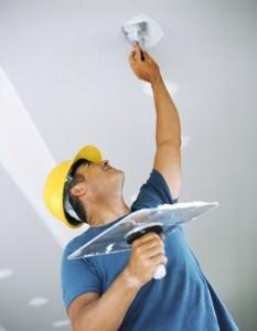 Шпаклевка трещин и изъянов на потолке