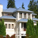 Загородный дом с голубой крышей