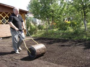 Выравнивание почвы катком