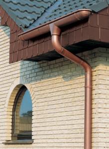 Самодельный водосток на крыше дома