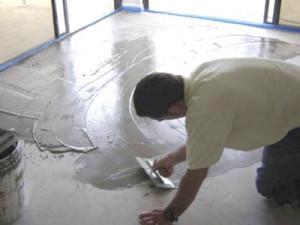 Заливка цементно-песчаного пола в городской квартире