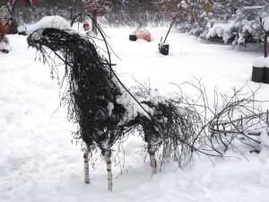 Лошадь из березовых веток