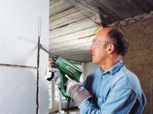 Делаем углубления в стене перфоратором