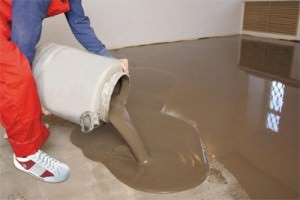 Заливаем пол цементной смесью