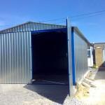 Гараж с двускатной крышей и двудверными воротами