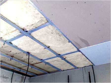 Выравнять потолок можно шпаклевкой, а можно гипсокартонной конструкцией