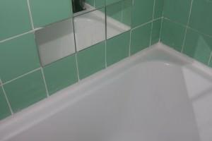 Заделать щель между ванной и стеной