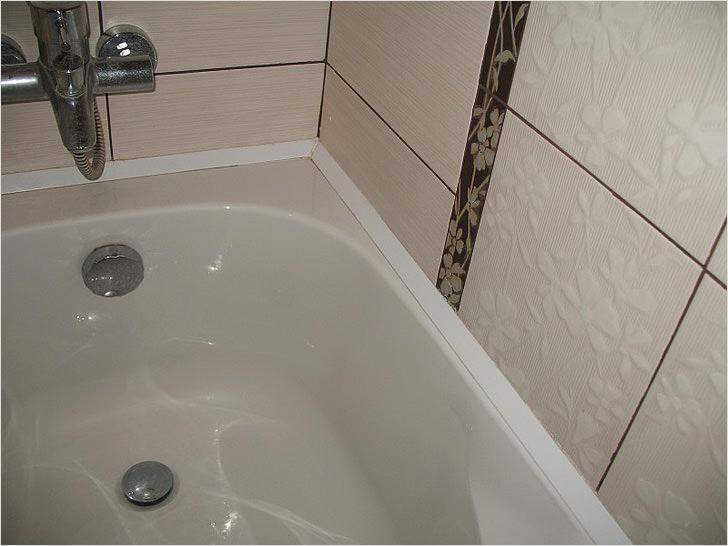 Заделать щель между ванной и стеной герметик