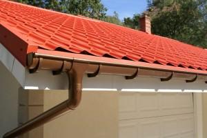 Пластиковый водосток для крыши — особенности монтажа