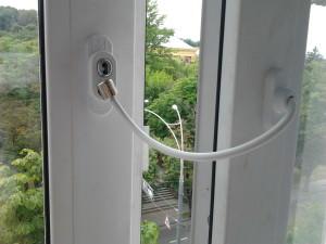 Защита для детей на окнах — основные способы